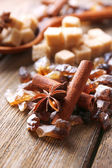 Brown sugar cubes, reed and crystal sugar, spices — Stockfoto