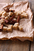 Brown sugar cubes and spices — Stockfoto
