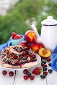 Sweet berry tart with berries on table on natural background — Stock Photo