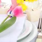 de instelling van de tabel met Lentebloemen close-up — Stockfoto #50543273