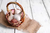 Fresh garlic in wicker basket — Stock Photo