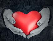 Kadının elinde kırmızı kalp yakın çekim — Stok fotoğraf