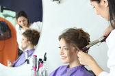 Peluquería joven hacer chica de peinado de salón de belleza — Foto de Stock