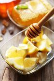 Limon ve bal masada — Stok fotoğraf