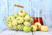 спелые яблоки и сок — Стоковое фото