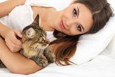 Młoda kobieta kot gospodarstwa — Zdjęcie stockowe