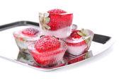 Cubitos de hielo con fresa en bandeja aislada en blanco — Foto de Stock