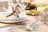 Table de buffet avec vaisselle en attente pour les clients — Photo