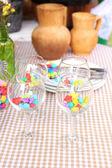 Misafirler için bekleyen dishware ile büfe masa — Stok fotoğraf