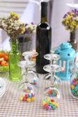 Z naczynia czeka na gości w formie tabeli — Zdjęcie stockowe
