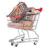 Mnoho přítomných boxy v nákupní košík izolovaných na bílém — Stock fotografie