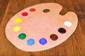 Palette d'art en bois avec de la peinture le gros plan de table — Photo