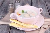 Leckere suppe mit austern auf holztisch — Stockfoto