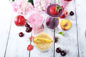Delicioso smoothie na mesa, close-up — Fotografia Stock