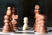 échiquier avec des pièces d'échecs — Photo
