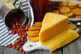 Cheese and crackers on wooden table close-up — Stockfoto