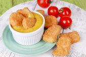 Hühner-nuggets mit sauce auf tabelle nahaufnahme — Stockfoto