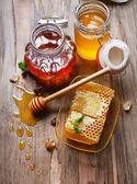 Frischer Honig auf Tisch — Stockfoto