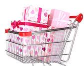 Mnoho přítomných boxy v nákupní košík — Stock fotografie