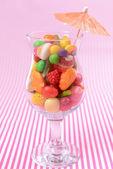 Verschillende kleurrijke vruchten snoep in glas — Stockfoto