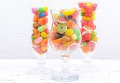Dulces de diferentes frutas coloridas en vasos — Foto de Stock