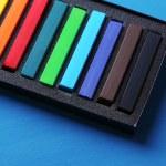 pastéis de giz colorido na caixa na cor de fundo de madeira — Fotografia Stock  #51235437