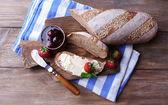 Taze ekmek ile ev yapımı tereyağı ve blackcurrant jam ahşap arka plan üzerinde — Stok fotoğraf