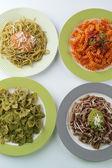 Italské těstoviny na stole, detail — Stock fotografie