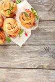 Tablo yakın çekim üzerinde meyveleri ile lezzetli çörekler — Stok fotoğraf