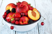 Peaches and berries in bowl — 图库照片