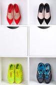 Barevné boty na dřevěných policích — Stock fotografie