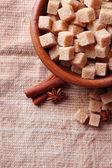Cubetti di zucchero di canna e cristallo di zucchero, spezie in ciotola su sfondo vestirono — Foto Stock