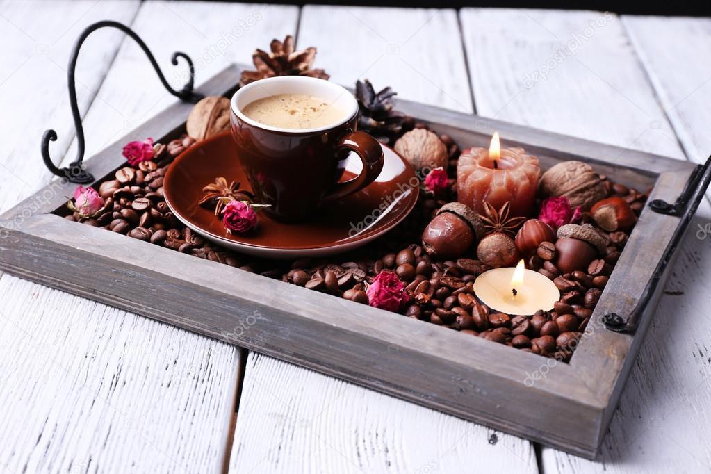 kerzen auf vintage tablett mit kaffee k rner und gew rze tasse tee auf farbigem hintergrund. Black Bedroom Furniture Sets. Home Design Ideas
