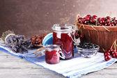 Marmellata di frutti di bosco in vaso di vetro sul tavolo, close-up — Foto Stock
