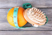 Naranja fresca, cinta métrica y un pincel en fondo blanco aislado — Foto de Stock