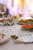 Mesa de buffet com louça esperando os hóspedes — Foto Stock