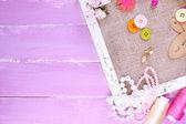 剪贴簿工艺材料和麻布里面颜色木制背景上的木制框架 — 图库照片