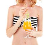 Bellissima giovane donna in costume da bagno e cappello con cocktail isolato su bianco — Foto Stock