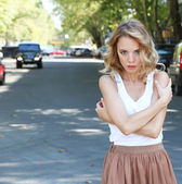 Beautiful young girl posing on city street — Zdjęcie stockowe