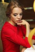 Piękna młoda kobieta siedząc w kawiarni za szkłem — Zdjęcie stockowe