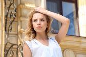 Piękna, młoda dziewczyna, pozowanie na miasto — Zdjęcie stockowe