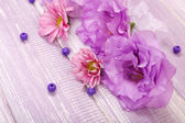 красивых хризантем и эустомы искусственные цветы на фиолетовом фоне деревянные — Стоковое фото