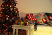 Dekorierte weihnachtsbaum auf home interior hintergrund bei nacht — Stockfoto