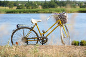 Bicycle near lake during sunset — Stockfoto