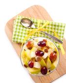 Petit-déjeuner sain - yaourt aux raisins frais et de tranches de pomme et de muesli servi dans bol en verre sur plateau en bois, isolé sur blanc — Photo