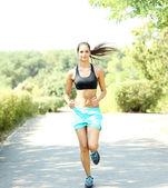 Junge Frau im Park Joggen — Stockfoto