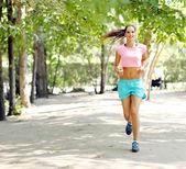 Jonge vrouw joggen in het park — Stockfoto