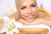 Frau im spa-salon — Stockfoto