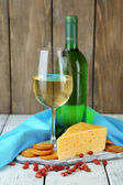 κρασί, το τυρί και κράκερ σε κοντινό πλάνο ξύλινο τραπέζι — 图库照片