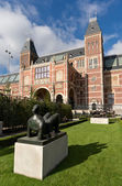 Statue at Rijksmuseum in Amsterdam — Stock Photo